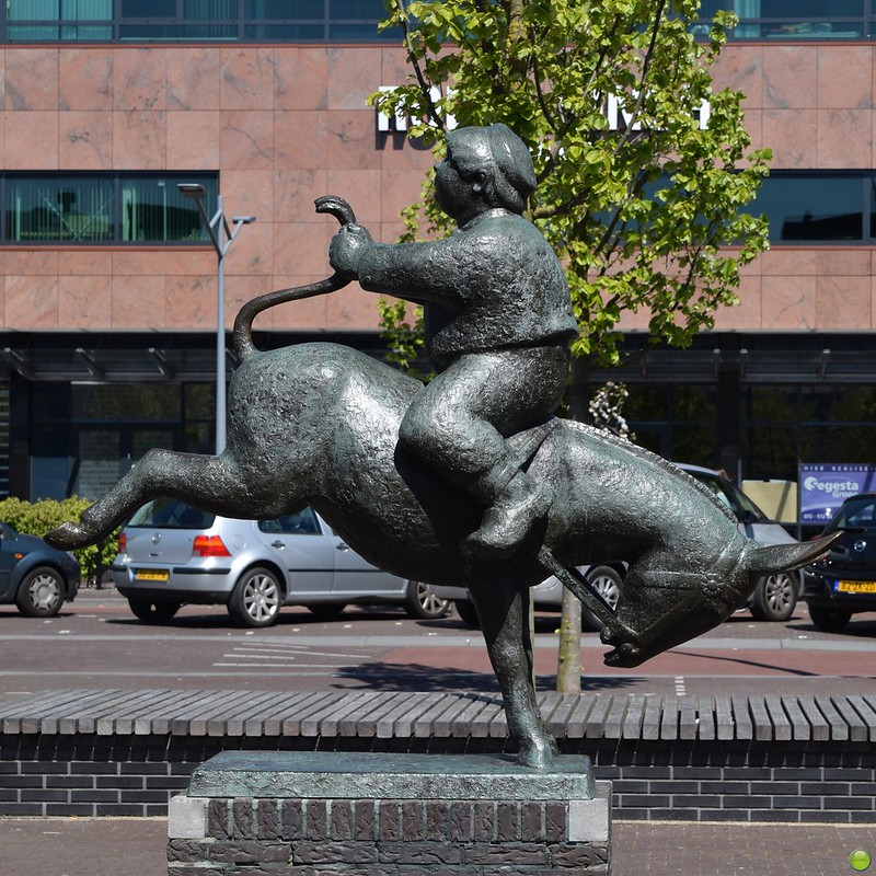 Dik Trom omgekeerd op de ezel.